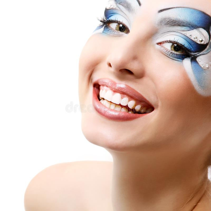 Ung kvinna med härlig vattenmakeup som ler över vit royaltyfri foto