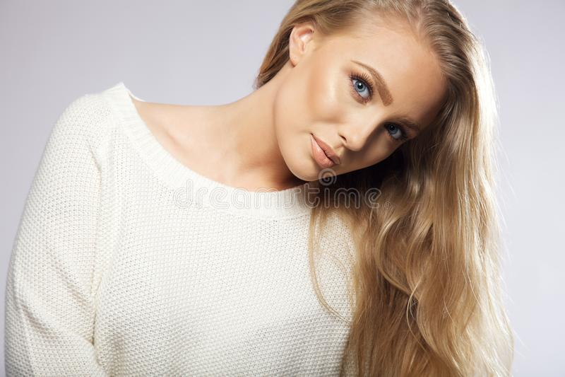 Ung kvinna med härliga blonda hår arkivbilder
