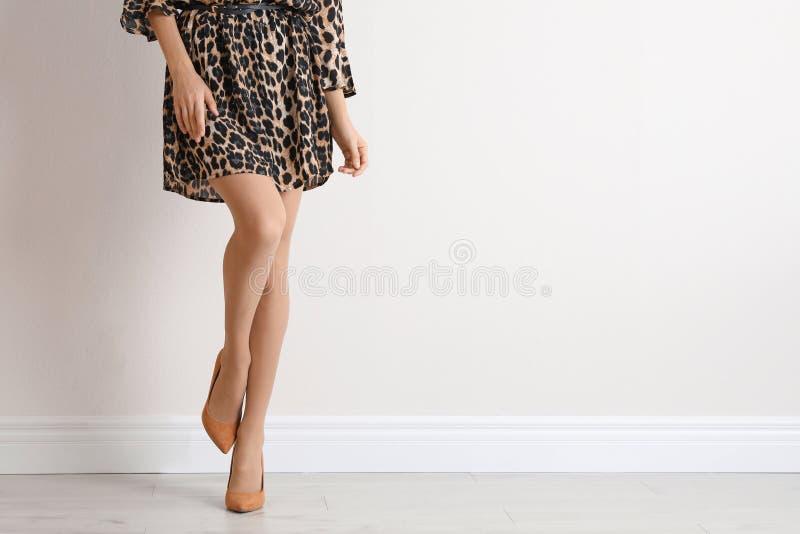 Ung kvinna med härliga långa ben arkivfoto