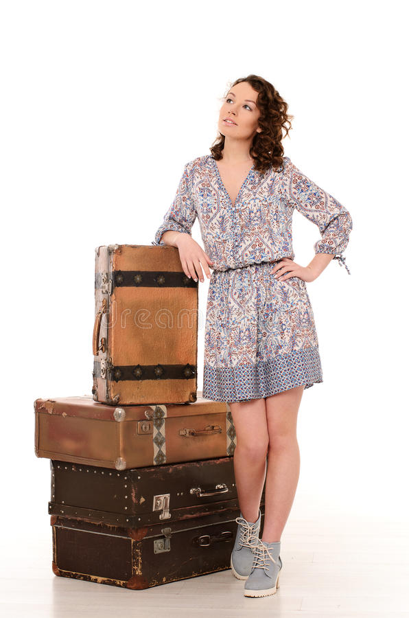 ung kvinna med högen av retro resväskor royaltyfri foto