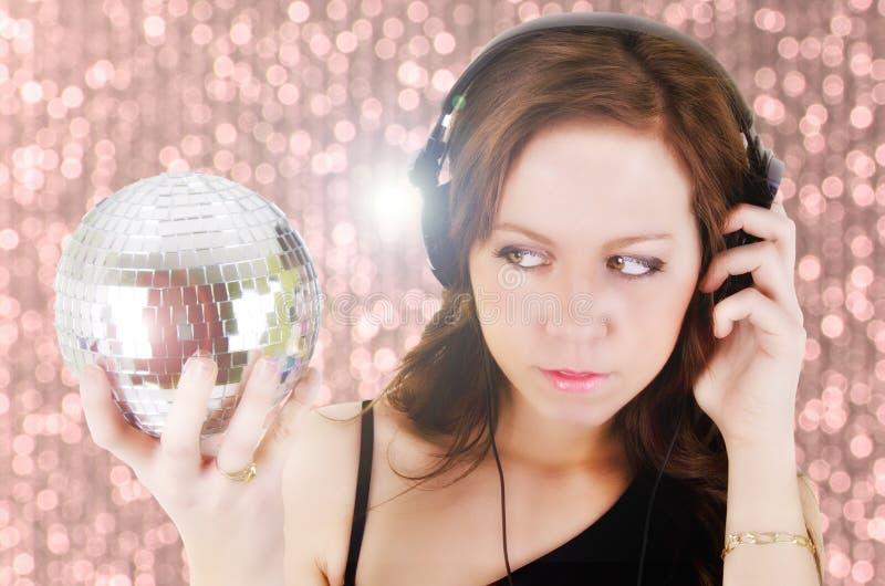 Ung kvinna med headphonen royaltyfria bilder