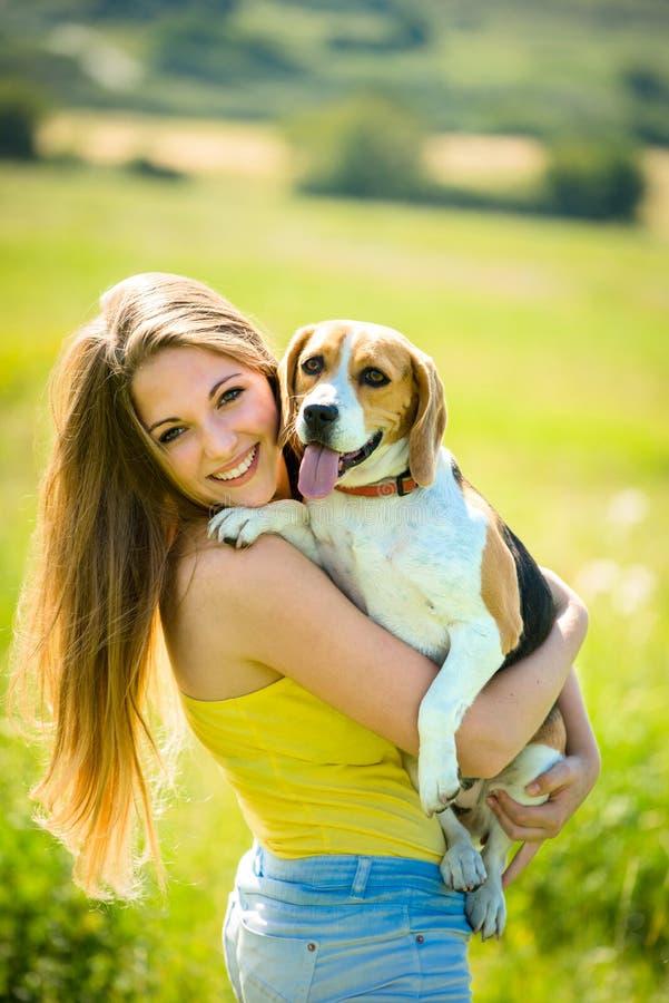 Ung kvinna med hennes hund royaltyfri fotografi