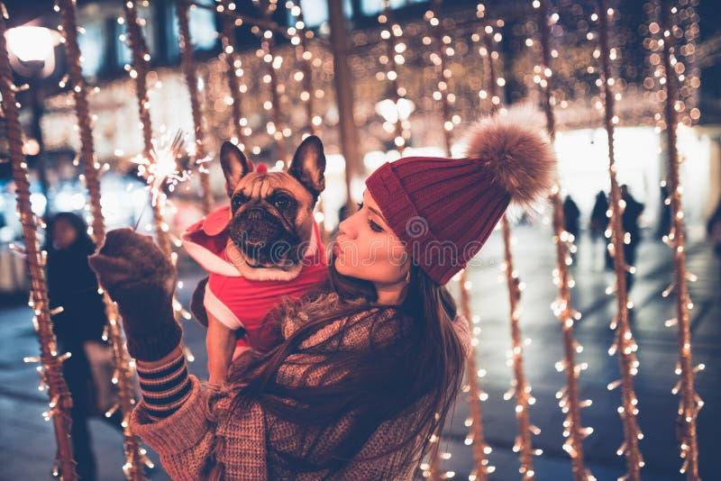Ung kvinna med hennes hundstad utomhus royaltyfria bilder
