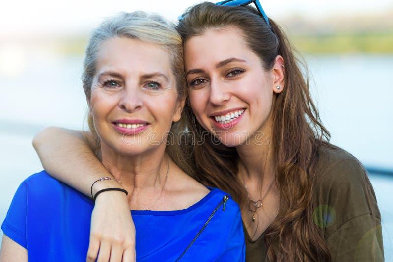Ung kvinna med hennes mormor royaltyfri foto