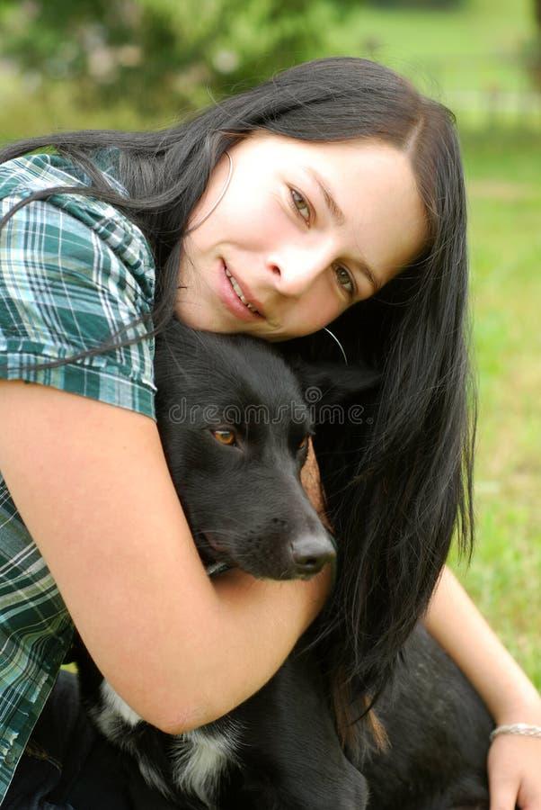 Ung kvinna med hunden arkivfoton