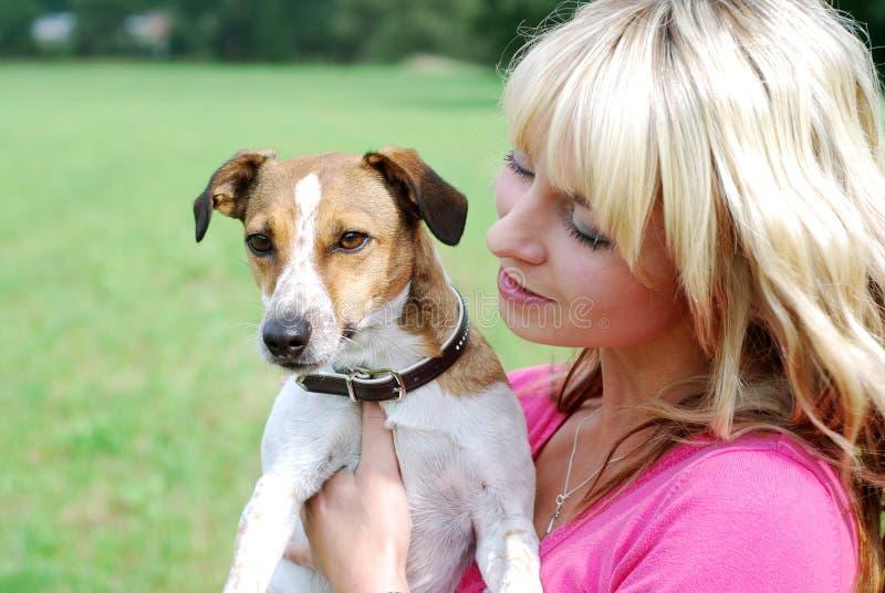 Ung kvinna med hunden arkivbild