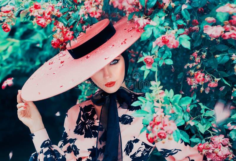 Ung kvinna med idérik ögonmakeup med den retro pilen och röda kanter royaltyfria foton