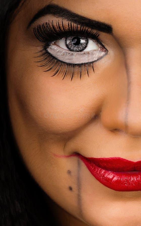 Ung kvinna med idérik makeup arkivbild