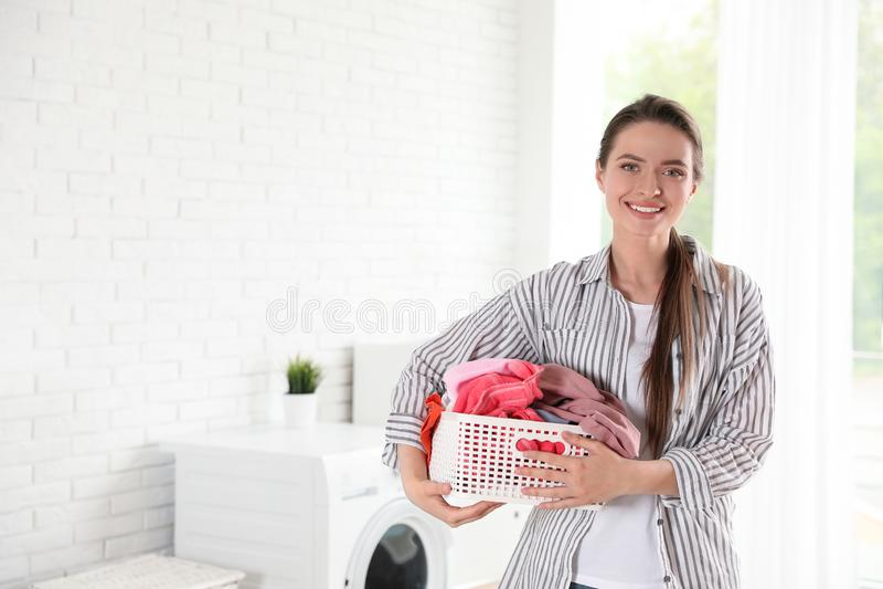 Ung kvinna med korgen av den rena tvätterit royaltyfri fotografi