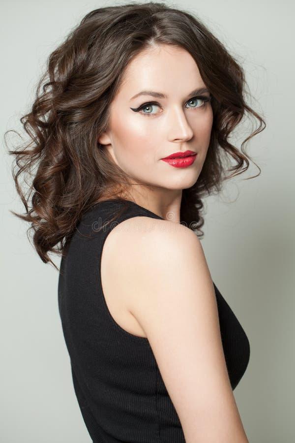 Ung kvinna med makeup och den bruna hårståenden royaltyfri fotografi