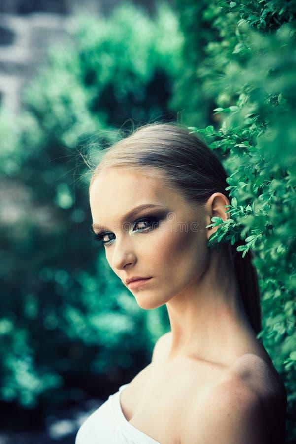 Ung kvinna med makeupframsidan p? naturligt landskap royaltyfri foto