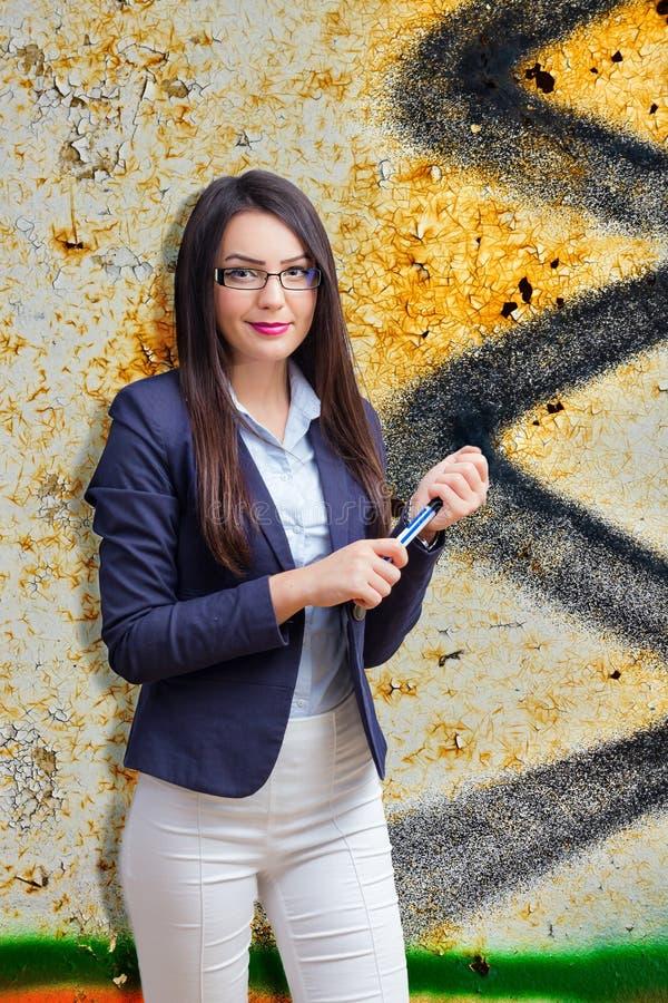 Ung kvinna med markören i hand royaltyfri foto