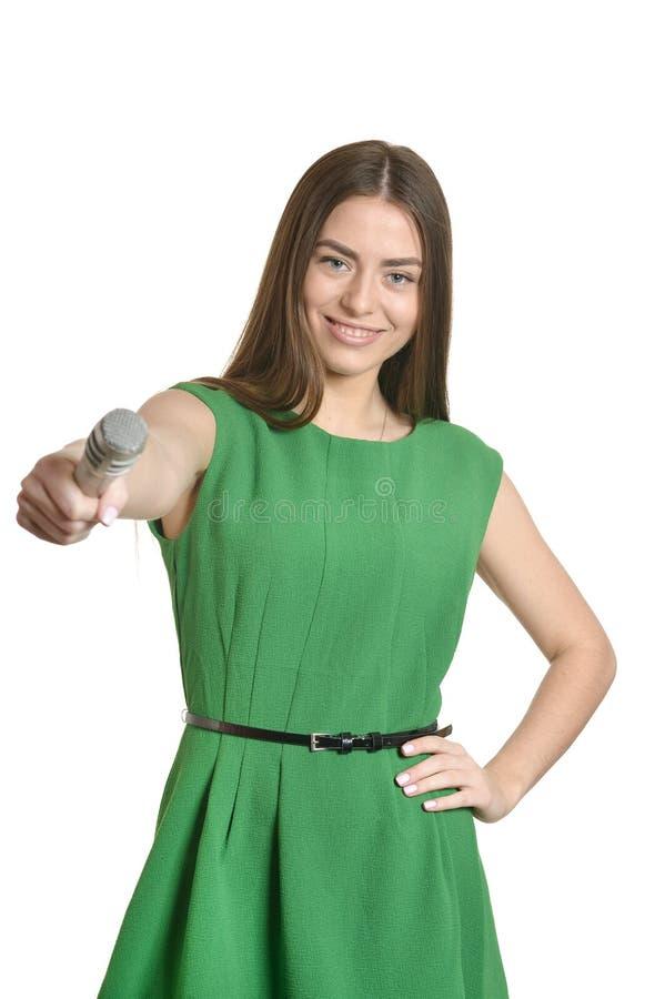 Ung kvinna med mikrofonen arkivfoto