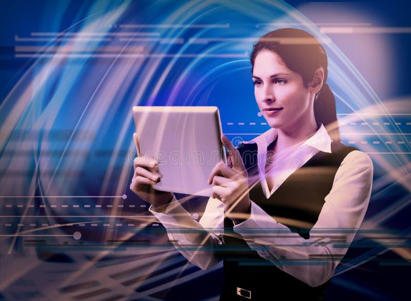 Ung kvinna med minnestavladatoren. royaltyfri bild