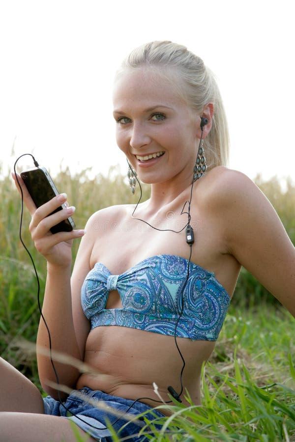 Ung kvinna med mobiltelefonen fotografering för bildbyråer