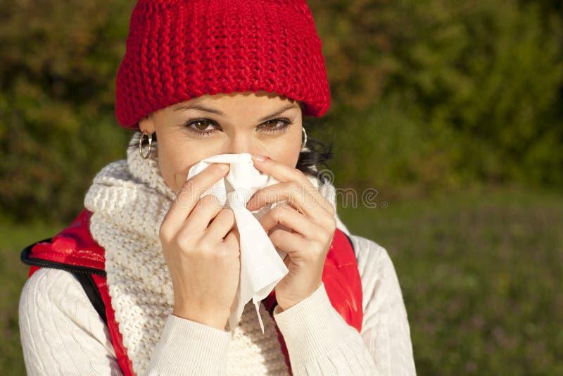 Ung kvinna med näsduken och influensa royaltyfri fotografi