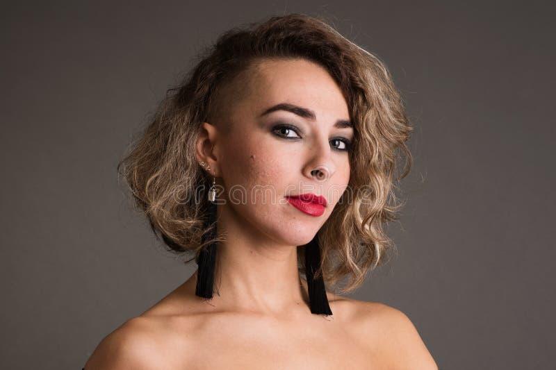 Ung kvinna med oljiga hud- och akneärr på mörk bakgrund arkivfoton