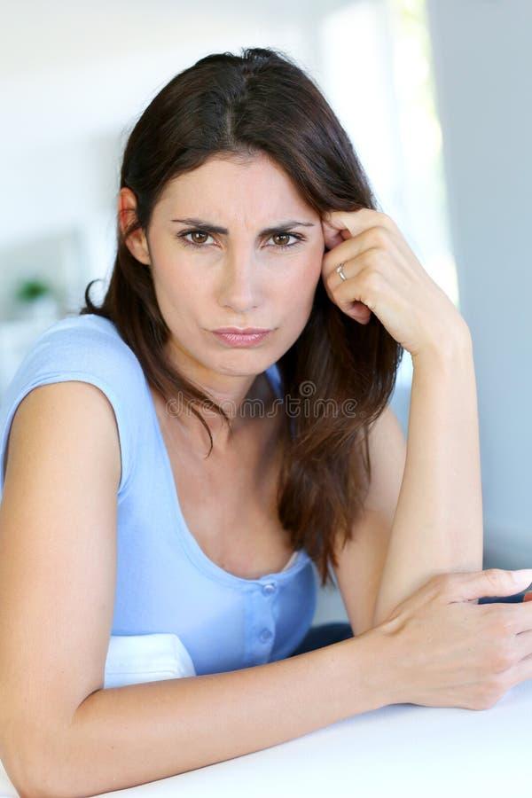 Ung kvinna med olycklig blick arkivbilder