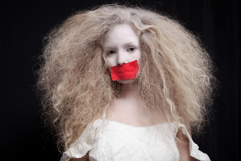 Ung kvinna med pappersexercins på mun royaltyfri bild