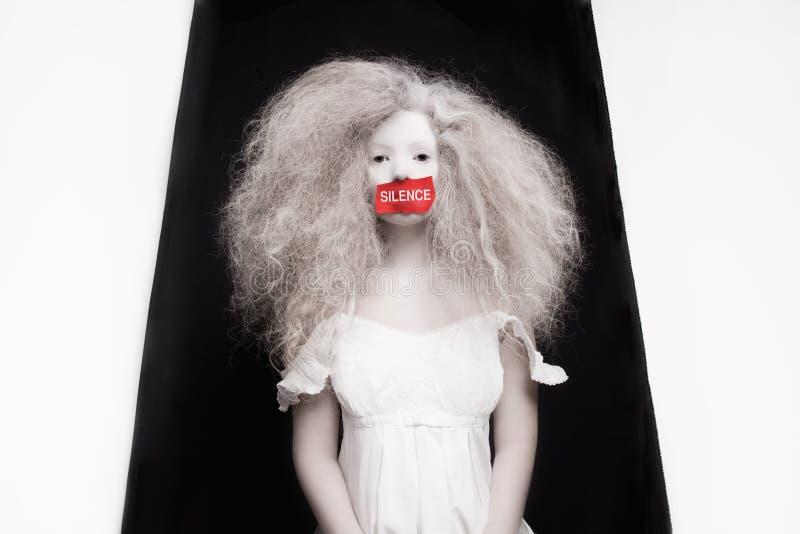 Ung kvinna med pappersexercins på mun arkivfoton