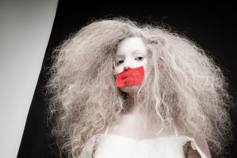 Ung kvinna med pappersexercins på mun arkivbilder