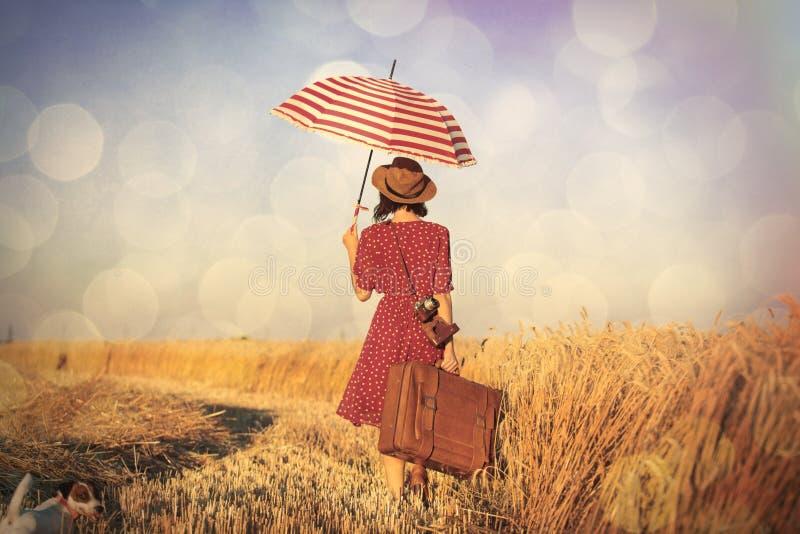 Ung kvinna med paraplyet och resväskan royaltyfri bild