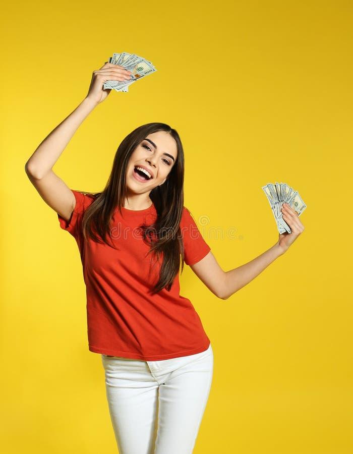 Ung kvinna med pengar arkivfoto
