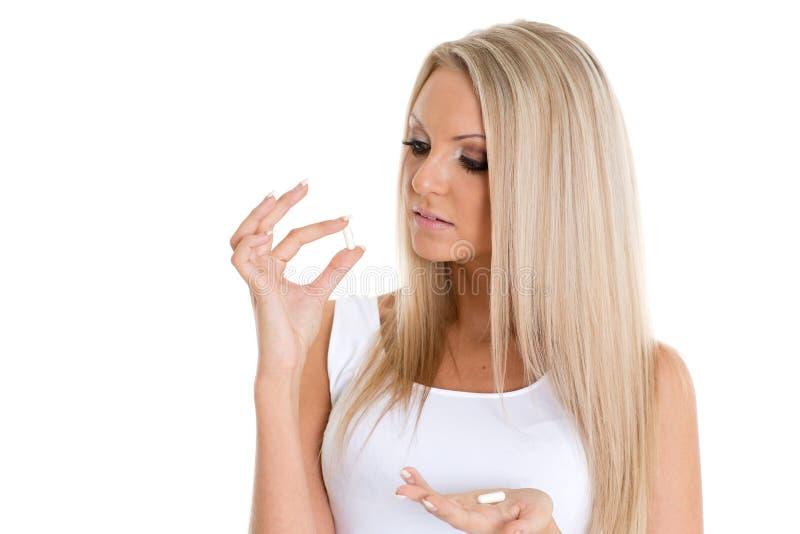 Ung kvinna med preventivpillerar. royaltyfria bilder