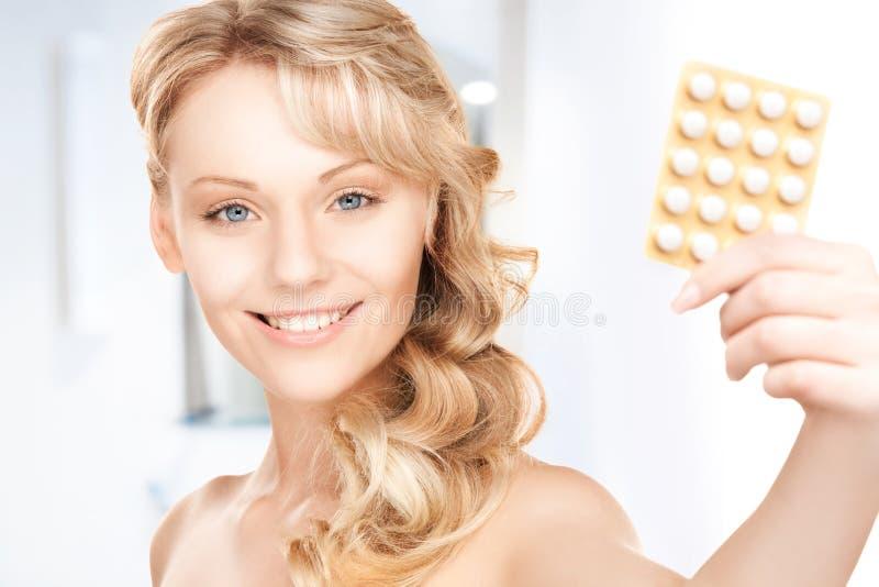 Ung kvinna med preventivpillerar arkivbilder