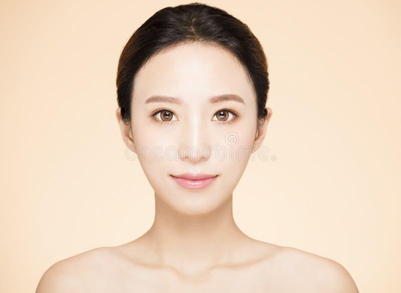 Ung kvinna med ren ny hud royaltyfri fotografi