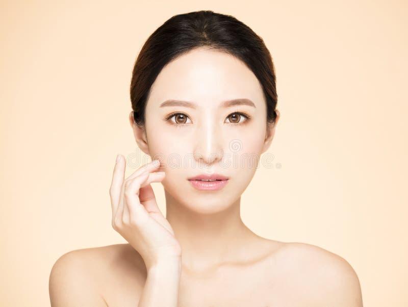 Ung kvinna med ren ny hud royaltyfri foto
