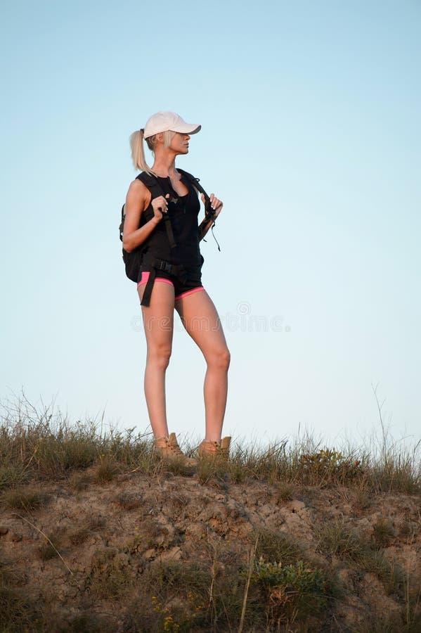 Ung kvinna med ryggsäcken som uppifrån ser sikten av th royaltyfria foton