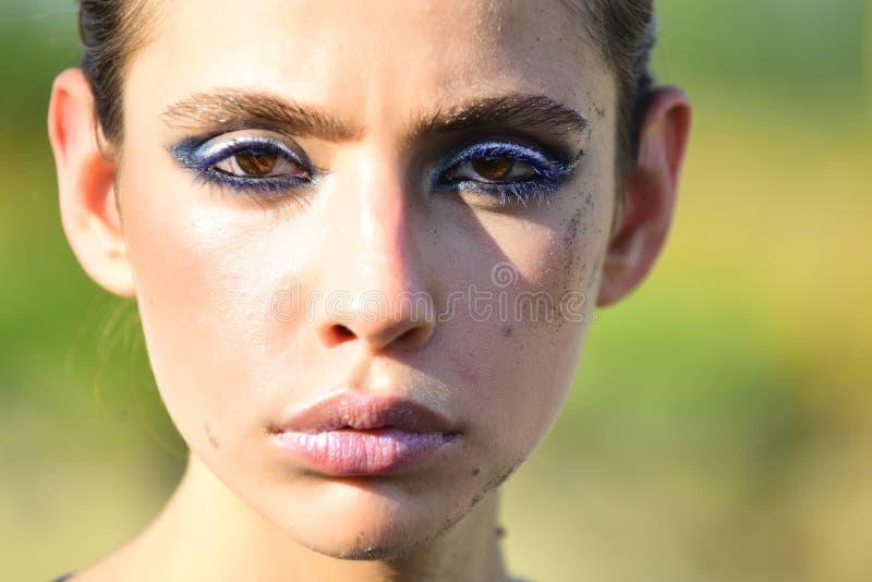 Ung kvinna med sand på hud, skönhet royaltyfria bilder