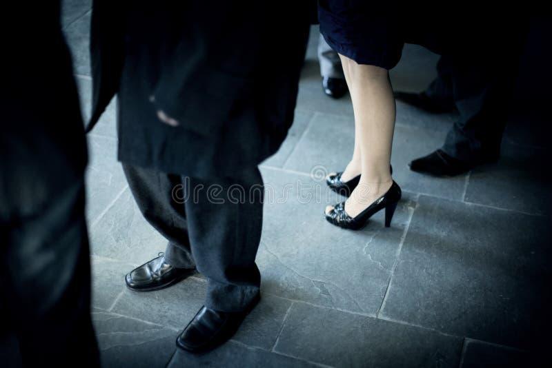 Ung kvinna med sexiga ben i bröllopparti fotografering för bildbyråer