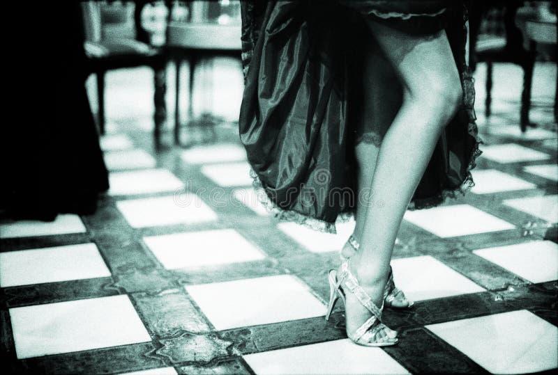 Ung kvinna med sexiga ben i bröllopparti arkivfoto