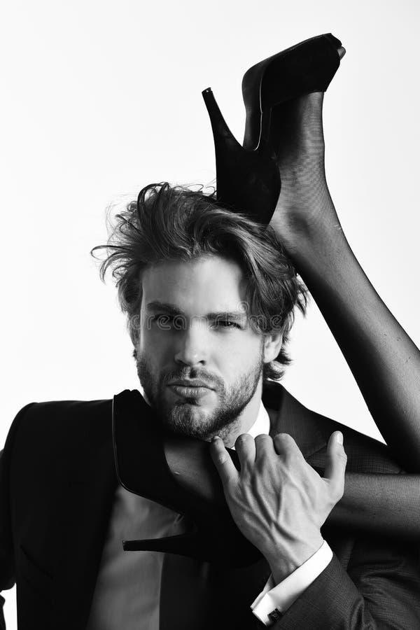 Ung kvinna med sexiga ben och mannen i dräkt arkivfoto