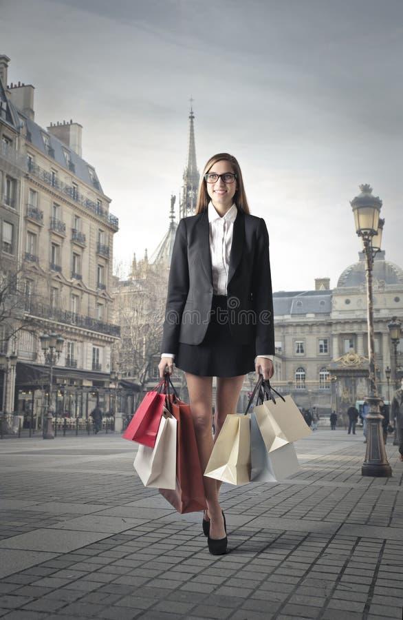 Ung kvinna med shoppingpåsar fotografering för bildbyråer