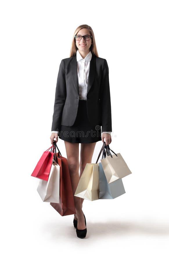 Ung kvinna med shoppingpåsar royaltyfri foto