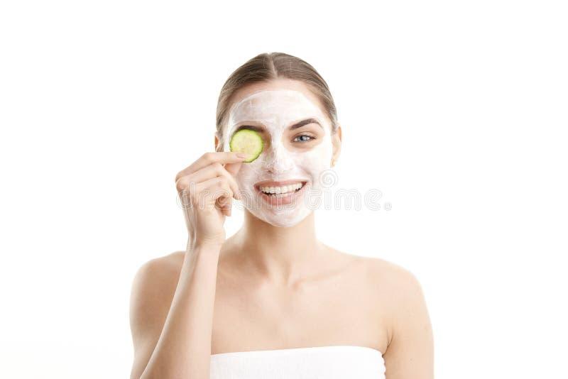 Ung kvinna med skönhetmaskeringen på hennes framsida arkivbilder