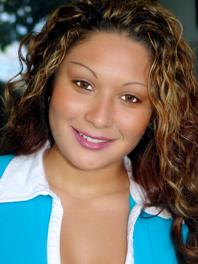 Ung kvinna med slät hud och vänligt leende fotografering för bildbyråer