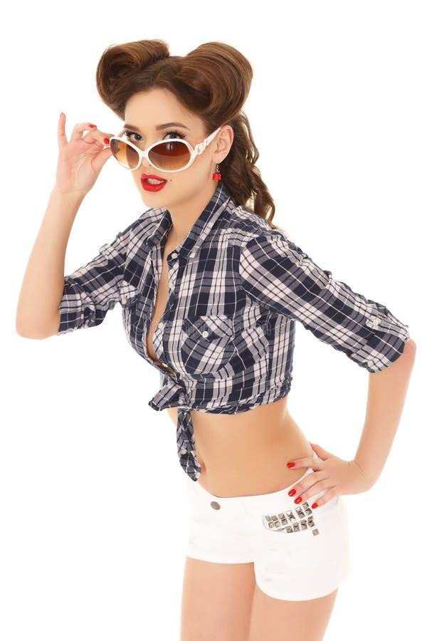 Ung kvinna med solglasögon arkivfoton