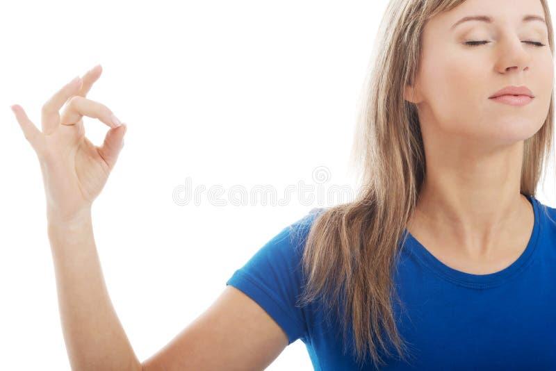 Ung kvinna med stängda ögon. Yogabegrepp. arkivfoton