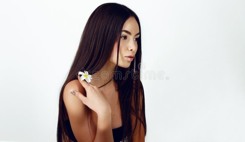 Ung kvinna med sund glödande hud naturlig skönhet royaltyfri bild