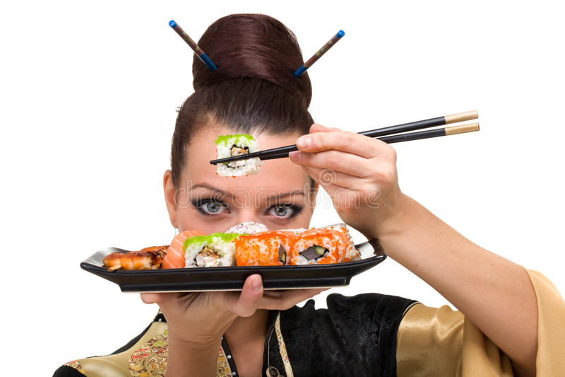 Ung kvinna med sushi arkivfoto