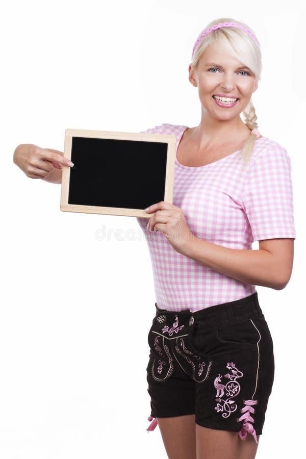 Ung kvinna med svart bräde- och läderbyxa arkivbilder