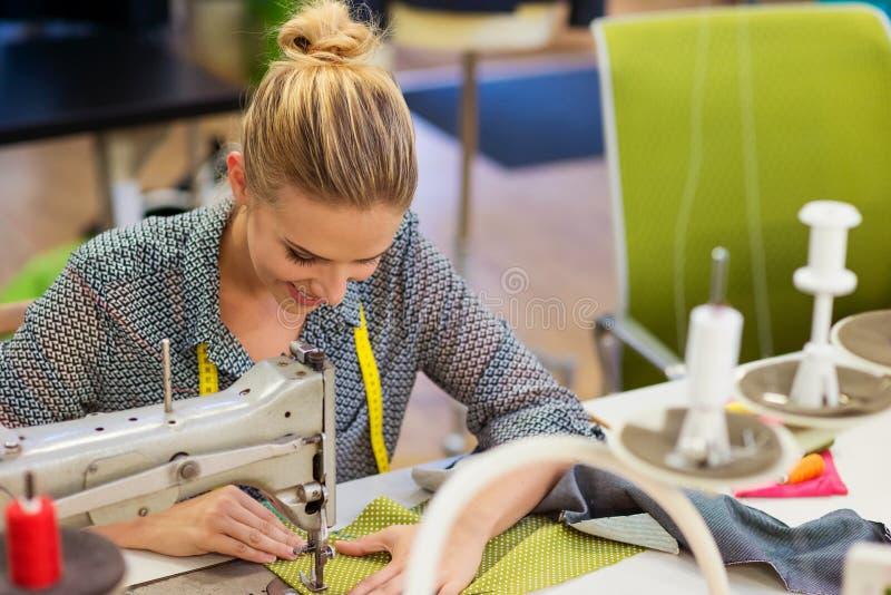 Ung kvinna med symaskinen royaltyfria foton