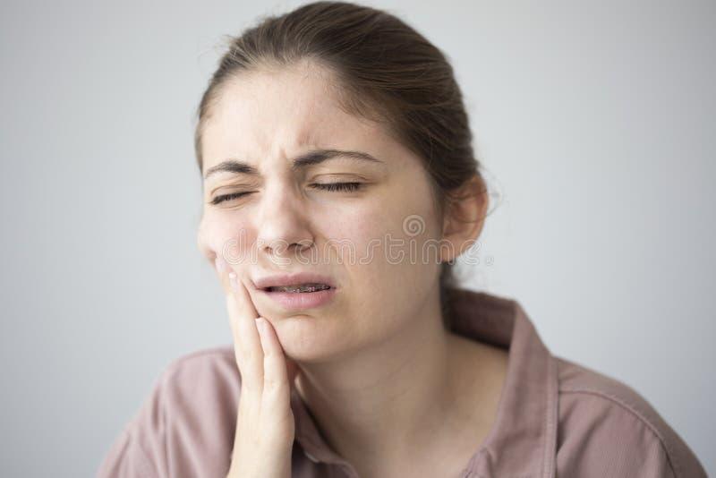 Ung kvinna med tandvärk royaltyfri foto