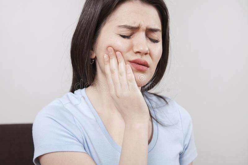 Ung kvinna med tandvärk arkivfoto
