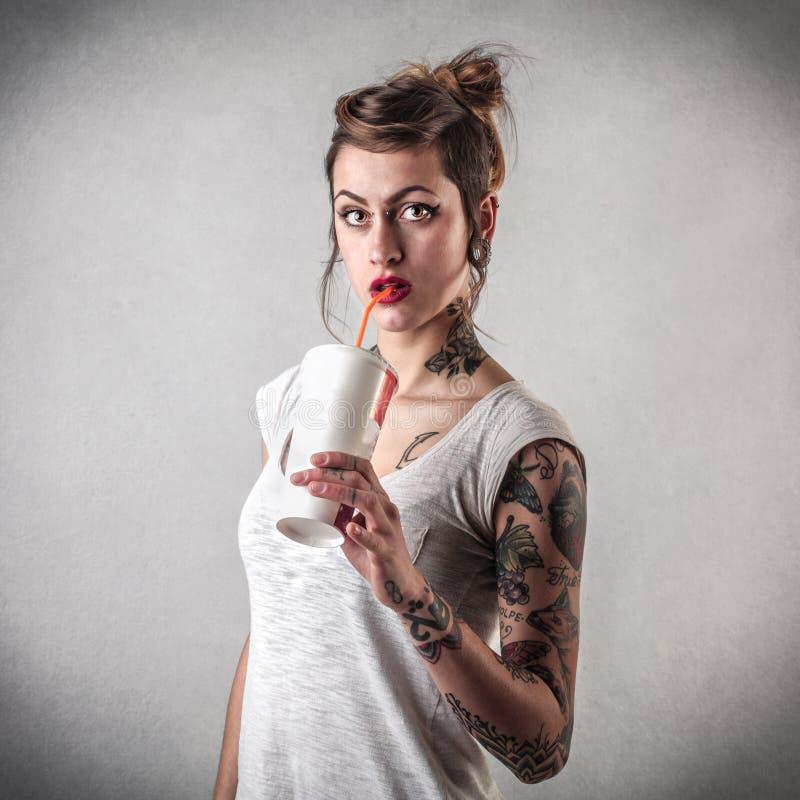 Ung kvinna med tatueringar royaltyfria foton