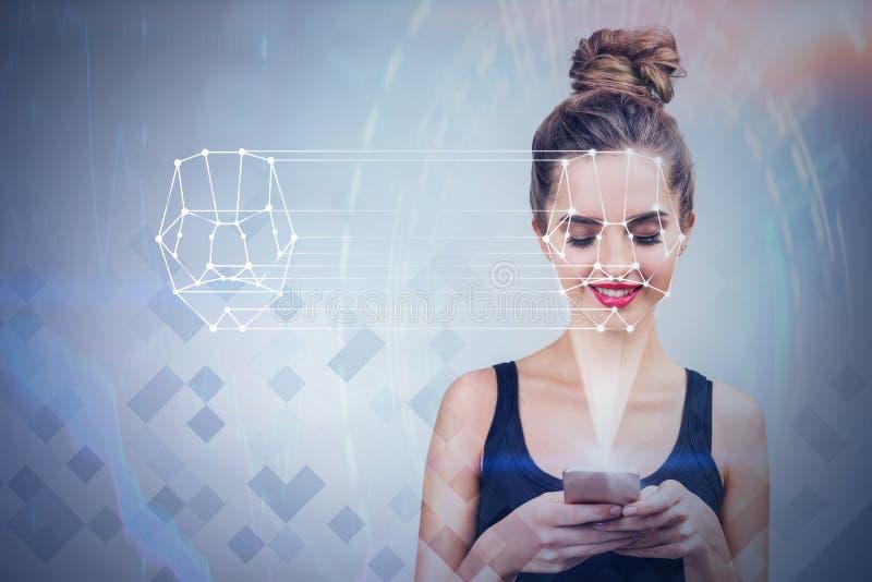 Ung kvinna med teknologi för telefonframsidaerkännande arkivbild